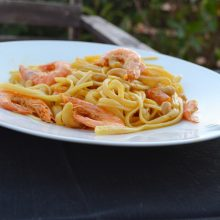 Linguini with shrimps, curry and cashew nuts